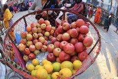 Nya frukter som säljer på gatan, shoppar Royaltyfri Foto
