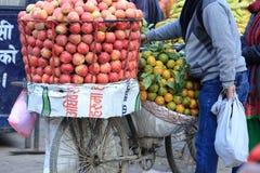 Nya frukter som säljer på gatan, shoppar Arkivfoto