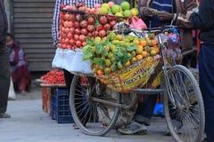 Nya frukter som säljer på gatan, shoppar Arkivbilder