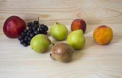 nya frukter sund mat Blandade frukter är druvor, päron, persikor äta, banta, som frukt Royaltyfri Bild