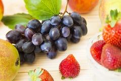 nya frukter sund mat Blandade frukter är druvor, päron, persikor äta, banta, som frukt Arkivbilder