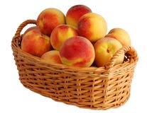 nya fulla persikor för korg royaltyfri fotografi