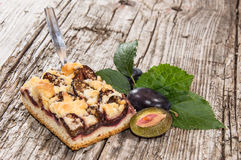 Nya gjorda Plum Cake på trä Royaltyfri Bild