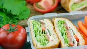 Nya gjorda smörgåsar med morotpinnar i lunchasken, dockaskott arkivfilmer