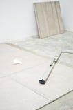 Nya golvtegelplattor, installation Arkivfoto