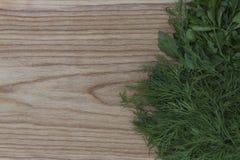 Nya gräsplaner på bakgrunden av ett träkök borstade boaen arkivbild