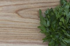 Nya gräsplaner på bakgrunden av ett träkök borstade boaen royaltyfri fotografi