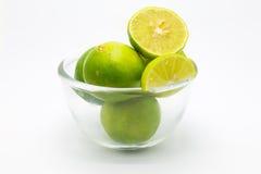 Nya gräsplanlimefrukter i den glass bunken arkivbilder