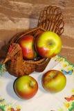 Nya gröna äpplen i en vide- korg härlig livstid fortfarande royaltyfria bilder