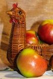 Nya gröna äpplen i en vide- korg härlig livstid fortfarande arkivfoton