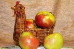 Nya gröna äpplen i en vide- korg härlig livstid fortfarande arkivfoto