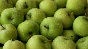 Nya gröna äpplen som besprutas med vatten arkivfilmer