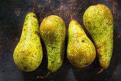 Nya gröna långa päron på det lantliga metallarket Arkivfoton