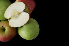 Nya gröna och rosa äpplen på svart bakgrund, closeup, kopia s Royaltyfri Bild