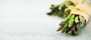 Nya gröna sparriers i hantverk skyler över brister på marmorbakgrund baner Rått, strikt vegetarian, vegetarian och rengöring som  Royaltyfri Foto