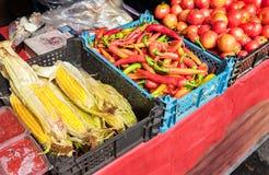 Nya grönsaker av den nya skörden som är klara till försäljningen Arkivfoton