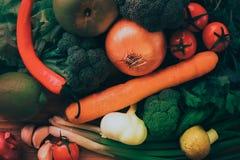 Nya grönsaker för att laga mat - matbakgrundsstilleben arkivbilder