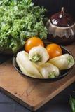 Nya grönsaker för gul peppar på ett träbräde Strikt vegetarianmat arkivfoton