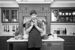 Nya grönsaker för hacka Recept för kockmatlagningvegetarian Kök för matlagning för förkläde för mankockkläder Recept för mankockv royaltyfri foto