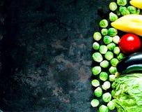Nya grönsaker för sund matlagning på bakgrund av gamla rostiga metaller arkivfoton