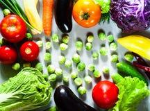 Nya grönsaker för sund matlagning på ljus träbakgrund arkivfoton