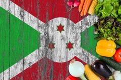 Nya grönsaker från Burundi på tabellen Laga mat begrepp p? tr?flaggabakgrund royaltyfri fotografi