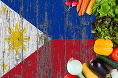 Nya grönsaker från Filippinerna på tabellen Laga mat begrepp p? tr?flaggabakgrund royaltyfri bild