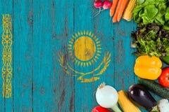 Nya grönsaker från Kasakhstan på tabellen Laga mat begrepp p? tr?flaggabakgrund royaltyfria bilder
