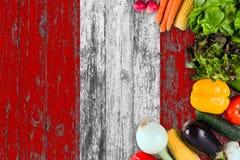 Nya grönsaker från Peru på tabellen Laga mat begrepp p? tr?flaggabakgrund royaltyfri bild