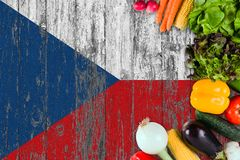 Nya grönsaker från Tjeckien på tabellen Laga mat begrepp p? tr?flaggabakgrund royaltyfri fotografi