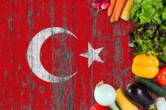 Nya grönsaker från Turkiet på tabellen Laga mat begrepp p? tr?flaggabakgrund arkivbilder
