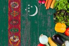 Nya grönsaker från Turkmenistan på tabellen Laga mat begrepp p? tr?flaggabakgrund arkivbild