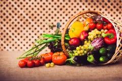 Nya grönsaker, frukter och grönsallat i vide- korg Royaltyfria Bilder