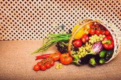 Nya grönsaker, frukter och grönsallat i vide- korg Royaltyfri Bild