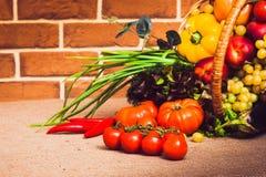 Nya grönsaker, frukter och grönsallat på köksbordet Sunt l Royaltyfria Foton