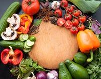 Nya grönsaker, grönsallat, kryddor och örter på träbakgrunden med utrymme för text Top beskådar Royaltyfria Foton