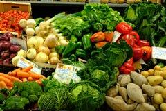 Nya grönsaker i den Loule marknaden Algarve royaltyfri fotografi