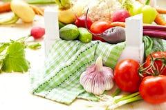 Nya grönsaker i en ask Arkivfoto