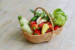Nya grönsaker i en korg Arkivbild