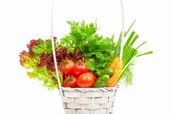Nya grönsaker i korg på vit bakgrund Royaltyfri Fotografi