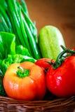 Nya grönsaker i vävd korg arkivbilder