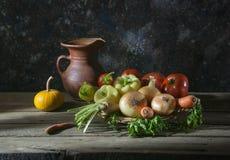 Nya grönsaker i vide- korgar Arkivbilder