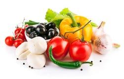Nya grönsaker med den italienska ostmozzarellaen Royaltyfria Bilder