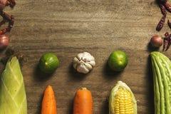 Nya grönsaker och ört som visas på trä arkivbilder