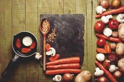 Nya grönsaker och frukter på tappningbakgrund - detoxen, bantar Arkivfoton