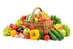 Nya grönsaker och frukter som isoleras på vit royaltyfria bilder