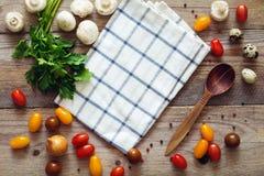 Nya grönsaker och kryddor för att laga mat på tabellen arkivbild
