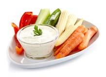 Nya grönsaker och vitlökdopp Royaltyfri Foto