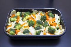 Nya grönsaker ordnar till för att laga mat Fotografering för Bildbyråer