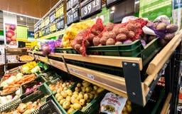 Nya grönsaker ordnar till till salu i supermarket Arkivfoto